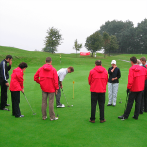 Golfspieler auf gruenem Rasen