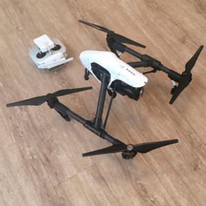Weiße Drohne auf Laminat Untergrund