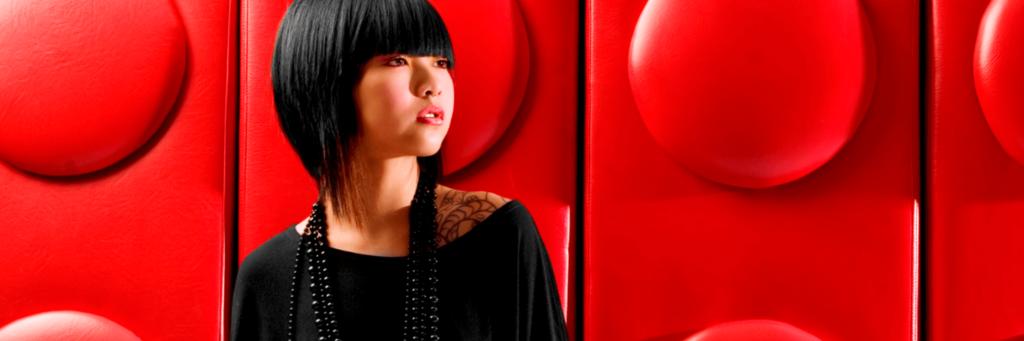 Fashionmodel vor einer roten Wand