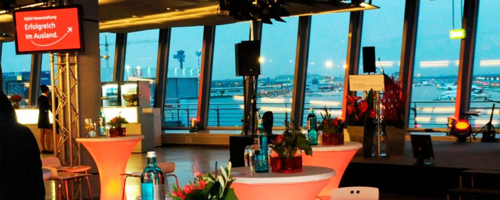 Ausblick durch eine Fensterfront auf das Rollfeld des Flughafens Duesseldorf