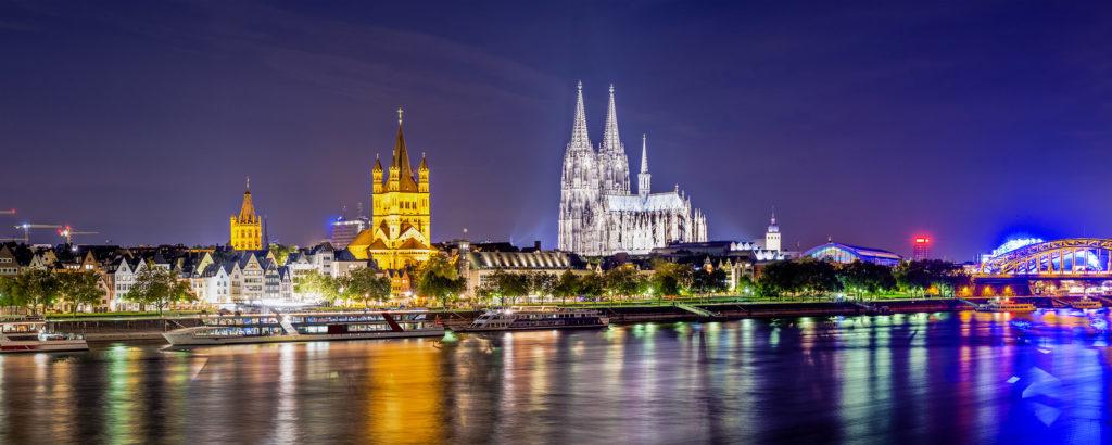 Koeln Panorama mit Dom, Rhein und Brücke bei Nacht